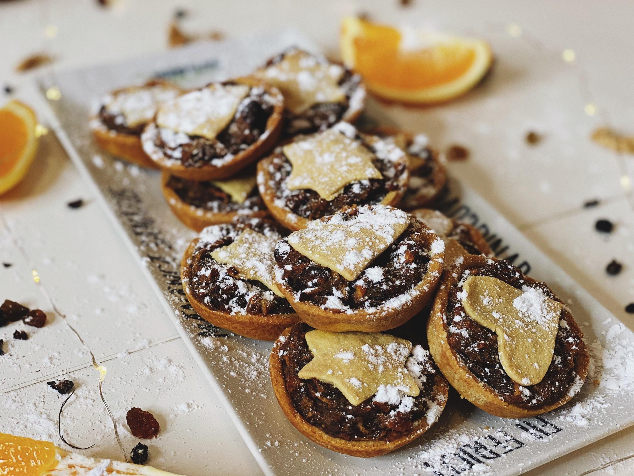 Plăcințele cu fructe uscate – rețetă pentru masa de Crăciun