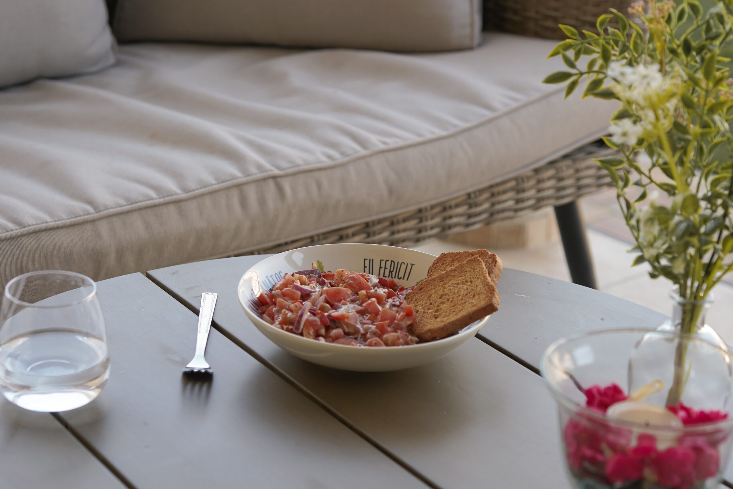 Pâine prăjită cu salată de roșii și ciuperci